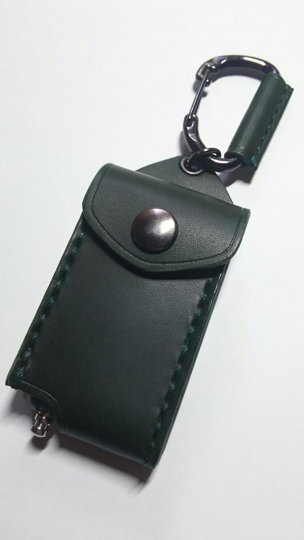 日産用エンジンスターターケース。画像は革、縫製糸が緑。ボタンはいぶしです。
