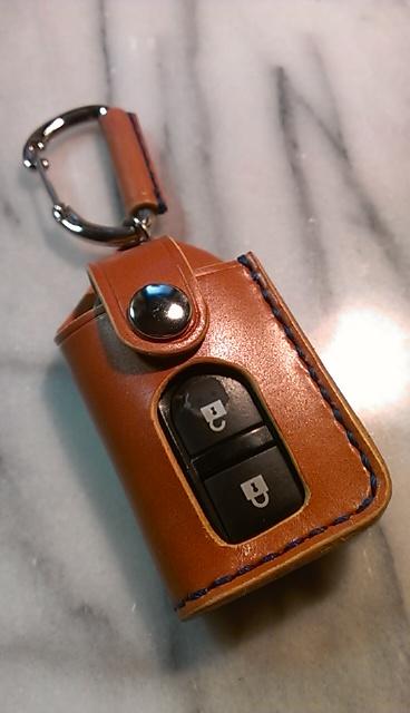 キューブ他日産用スマートキーケース。画像は、革はキャメル、縫製糸はブルー、ボタンはニッケルの組み合わせです。スマートキーは付属されません。