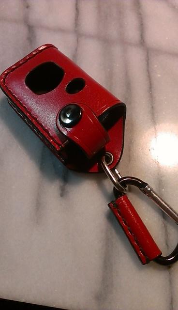 スバルインプレッサスポーツ用キーケースです。画像は赤のレザーに黒の縫製糸、ニッケルボタンにカラビナタイプです。