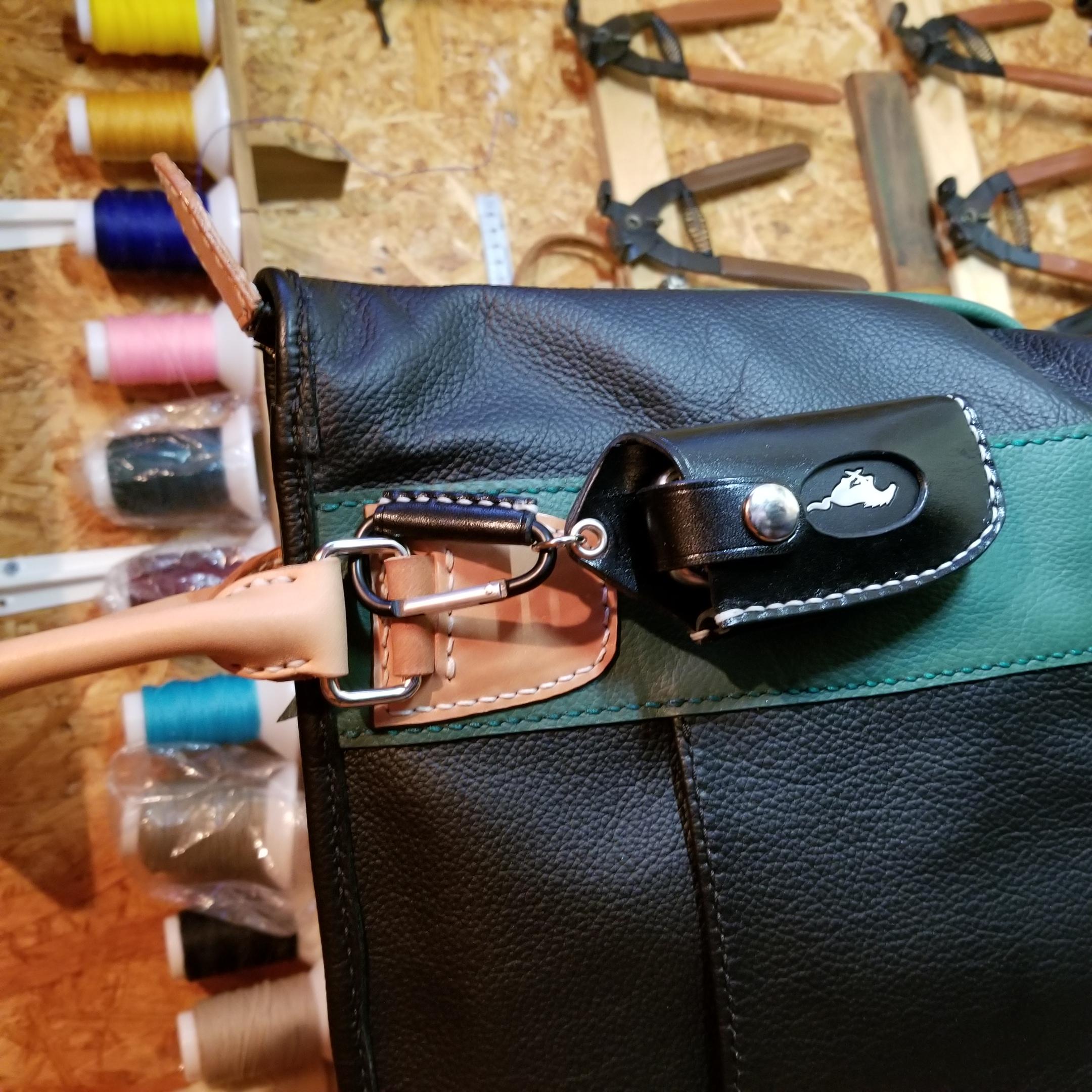 バッグやベルトループに連結して持ち歩けます。