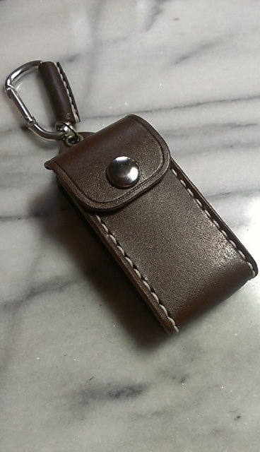 マツダ用3つボタンタイプ専用のスマートキーケースです。画像はダークブラウン、縫製糸は白、ボタンはニッケルです。スマートキーは付属されません。