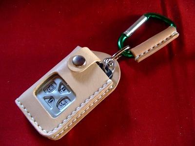 トヨタ アルファード エスティマ オーリス他専用キーケース。画像のスマートキーは挿入例です。スマートキーは付属されません。