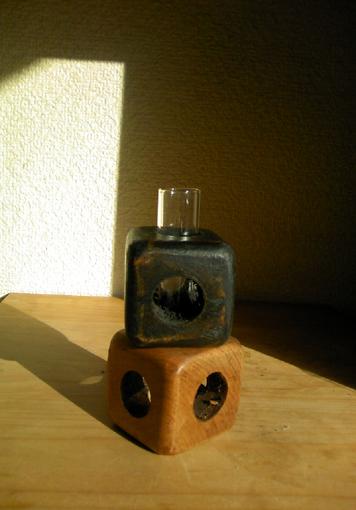 墨で染めて拭き漆で仕上げた欅のサイコロ形一輪挿しです。<br>欅特有の風合いと重さがあります。<br><br>サイコロ一辺:4.5cm<br>高さ(ガラス管含む):約11.5cm<br><br><br>レターパックプラスで送付<br><br><br>