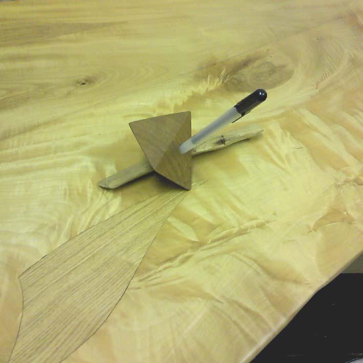 幾何形と自然形を組み合わせたペンスタンド<br>四角錐タイプ<br><br>ケヤキ、オイル仕上げ<br><br>長さ:18cm<br>奥行き:6cm<br>高さ:5.6cm<br><br>重さ:70g<br><br>穴の直径:0.9cm(鉛筆サイズの細いタイプのペンに対応しています)<br><br><br><br><br>
