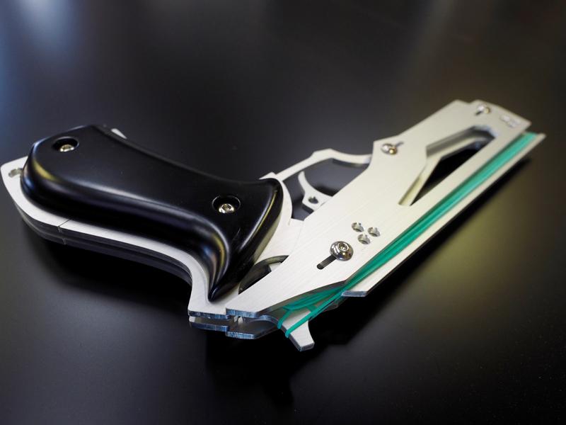 グリップはリンクスと共通のウレタン塗装したMDF製