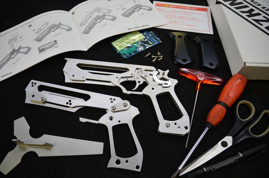 銃本体のパーツ・ネジ類・ディスプレイスタンド・輪ゴム12本・ロゴシール・取扱説明書・六角レンチ (別途 プラスドライバーが必要です)画像は組立中のイメージ