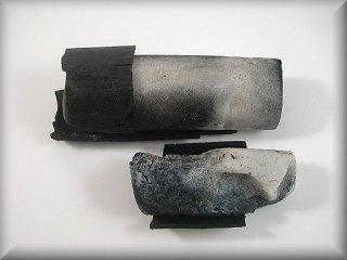 炭窯から取り出した状態です。これを細かく砕きます。