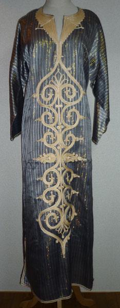 """エジプトの民族衣装ガラベイヤです。 グレーのストライプに金枝を織り込んだキラキラした生地にベージュの刺繍のシックなデザインです。 ベリーダンス衣装の上に目隠しとして着用して使用できます。 <a href=""""http://ameblo.jp/masreyya/entry-11261983147.html""""target=""""_blank"""">詳細はこちらへ。大きな画像でご覧いただけます。</a>  ※ワケあり商品のため、3割引させていただいています。 (<S>5,000円</S>⇒3,500円)"""