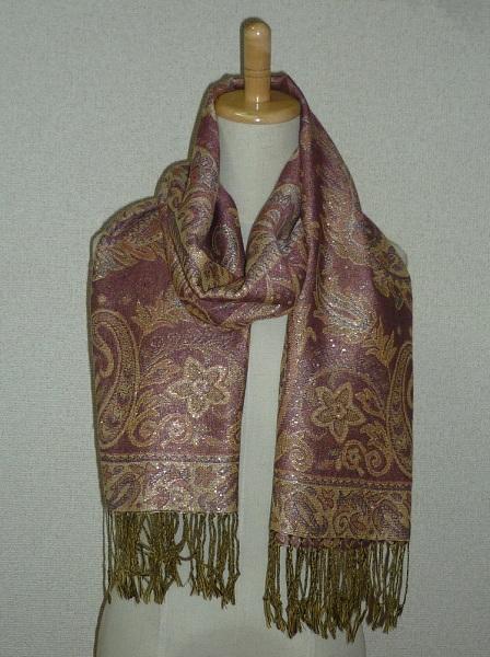 首に巻いてマフラーとして使用したり、広げて肩に掛けてストールとして使用したりできます。 寒暖の差の激しいときなど、カバンにひとつ入れておくと重宝します。  ペイズリーとお花の組み合わせのラブリーな柄です。 金糸を編みこんでいてキラキラ輝いてゴージャス!  幅69cm×長さ174cm(房部分を除く)  ピンク