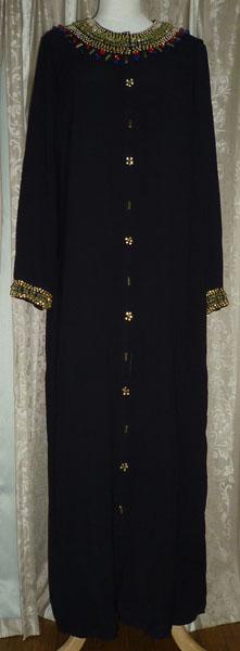 アラブの民族衣装アバーヤです。 同じ生地のスカーフが付いています。  ベリーダンス衣装の上に目隠しとして着用して使用できます。 前開きのボタンですので、着脱に便利です。