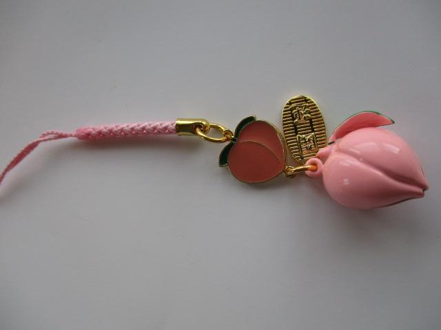 桃の形の可愛い桃に桃鈴がついているストラップです。