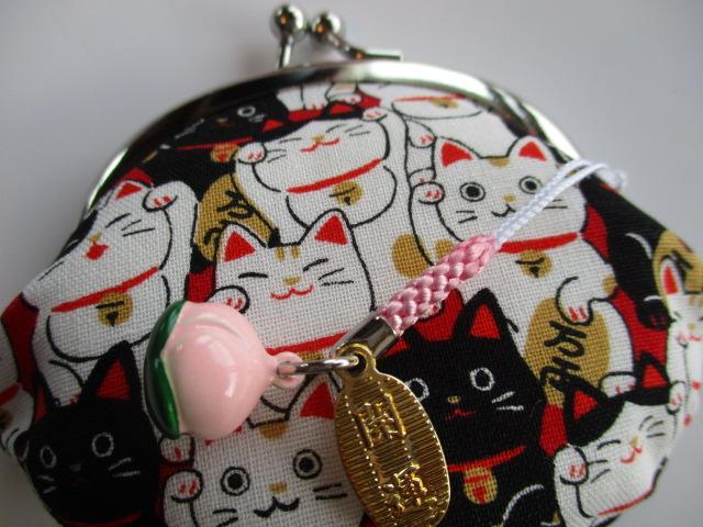大勢の猫たちに囲まれて猫好きにはたまらないお財布です。