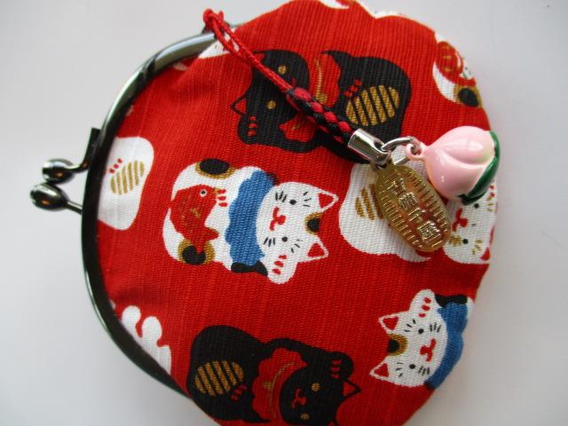 可愛い猫柄と赤い財布がとてもマッチしています。猫好きでなくても癒されます。