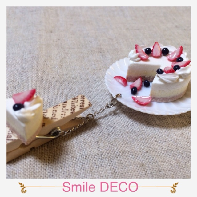 真っ白いケーキに苺とベリーがたっぷりです。