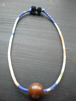 骨董の木の球と古布で作ったペンダントです。  生 地: 絹 送 料: 無料