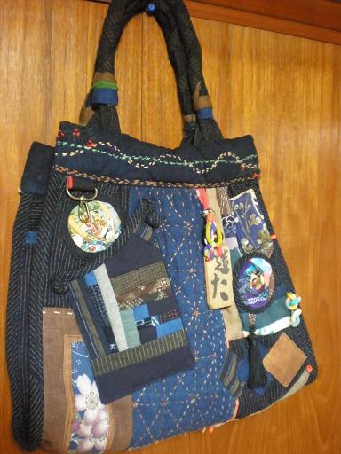 綿絣,酒袋,絹縮緬を使ったデコレーションバッグです。刺し子やビーズなどを入れて可愛らしく仕上げました。ポケットは3個(表,裏,中)。中の布は丈夫な縞絣。  生 地:古布 サイズ:高さ31cm×幅(上27cm・下38cm)×マチ10cm 持ち手40cm 送 料:無料  ※ お任せでよろしければ,刺し子を加えることもできます。