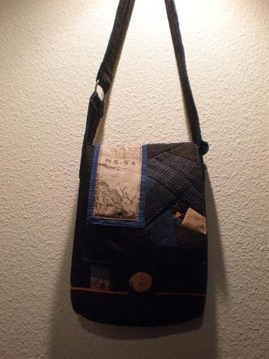 「和布で手作りバッグ」掲載作品の一つです。使用した生地は、書生絣と縞絣をメインに、酒袋、型染め、更紗、絹の古典柄です。紅緋色のラインでお洒落に。長財布が入る大きさで、ポケットは3つ。肩ひもに飾り布。  生 地:古布 サイズ:高さ31cm×幅25cm、肩ひも108cm 送 料:無料