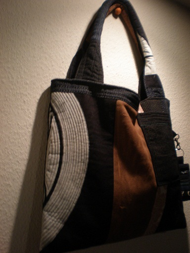 「和布で手作りバッグ」掲載作品の一つです。使用生地は、家紋の古布、酒袋、書生絣、型染め。持ち手はボリューム感。ポケットは2つ。キーホルダー付き。男性でも持てそう。  生 地:古布 サイズ:高さ33cm×幅41cm、持ち手56cm 送 料:無料