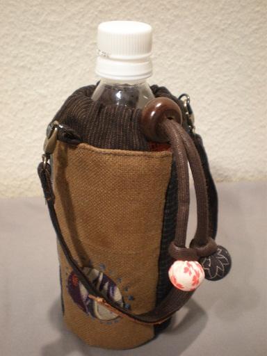 酒袋がポイントです。紐留めは中国の算盤の玉。「襟」をスッキリと短めに仕上げた商品です。  生 地:古布(酒袋、絣など) サイズ:500ccペットボトル用 送 料:無料