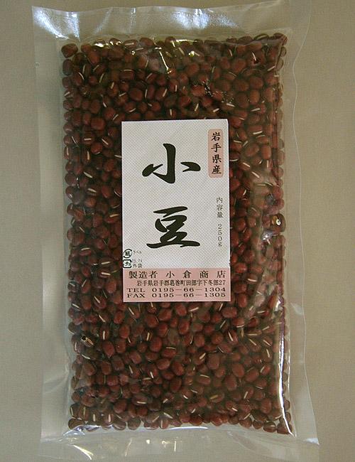 """<font color=""""#ff0000"""">内容量:250g<br></font><br>地場産「小豆」です。お正月のおしるこ、春のさくらもち、秋のお萩など、「あん」を使った食べ物は季節感をしみじみ感じますよね。<br><br> 小豆にたっぷりと含まれるビタミンB2は、代謝を活発にする働きがあり、お肌がきれいになります。また、便秘やむくみにも効能的だと言われています。<br><br><br> 白米または玄米とあずきをぐつぐつ煮こんで塩で味付けして食べる「あずき粥」も美味しいですよ。&nbsp;"""