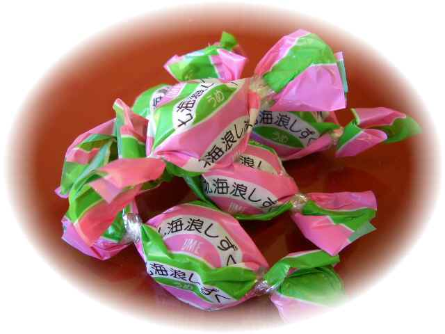 ウメの風味をこんぶ飴で包みました。贅沢で風味豊かな味わいです。<br />ウメ味のジャムが、昆布あめの中に入っています。