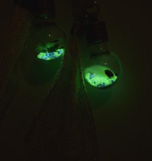 光を蓄えてビーズがひかります