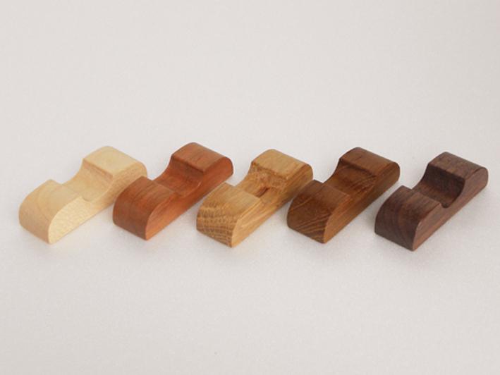 様々な箸に合うようにデザインしました。曲面や平面であらゆる木の表情を見ることができます。 ウレタン仕上げなので汚れも付きにくくお手入れも簡単です。