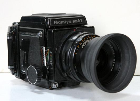 久保田が20代から30代にかけてコマーシャル撮影で使用した中判カメラ。 レンズ90㎜、レンズフード付き。  ドライキャビネットで保存してあり、状態は良い。 勿論、実動可。