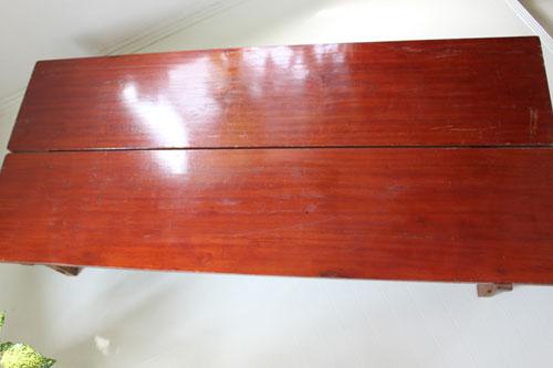 38(もう1台は37.7)×172×高さ28.5センチ。板厚2.5センチ。表面に漆(合成漆かもしれません)塗装で材質はラワン。1台の価格です。2台合わせると大きい座卓に(下の補助材出っ張りを少し削らないとぴったり合いません)。