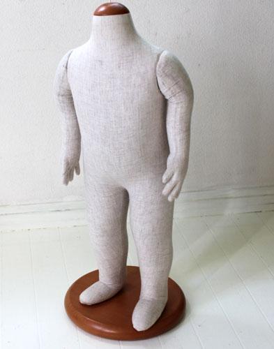 綿入りでプクプクとやわらかい、手仕上げのマヌカンです。麻地で5本指まで作られています。台座は木。手は取り外しできます。バスト49.5センチ首までの本体高さ57.5センチ。