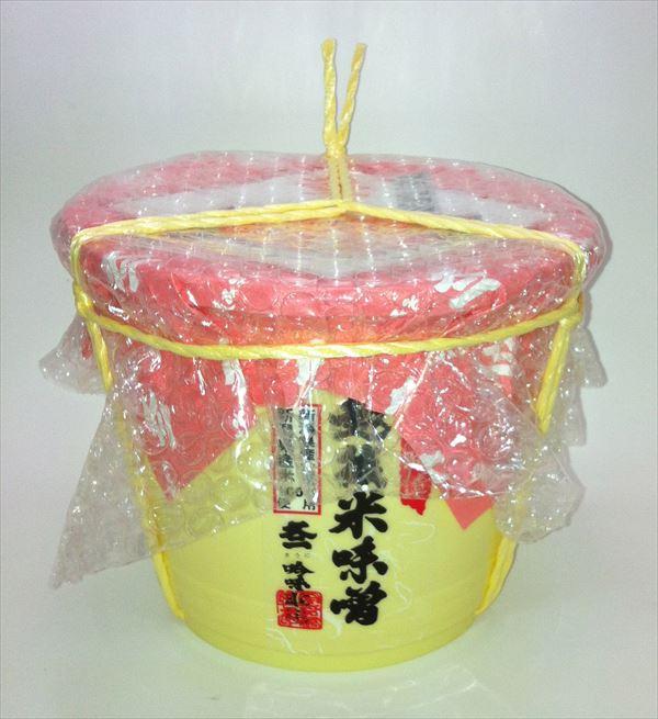 県内産大豆と県内産米を原料としています。大豆10に対して米糀12の割合で仕込んだ天然熟成の味噌です。
