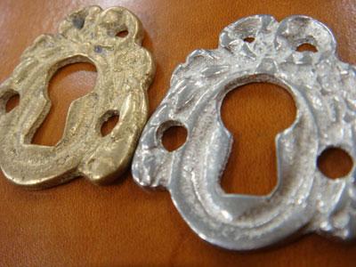 リボン使いは、ルイ16世紀時代(1774~1793)の代表的なスタイル。マリー・アントワネットの浪費に語られる、絢爛豪華、時に悪趣味なセンスのこの時代には、ネオ・クラシック(古典回帰)のブームがあり、キリシャ時代、エトルリア時代などの美術への憧れが見られるリプロダクトの鍵穴金具です。    材 質:◆BS/真鍮 ◆PT/ピューター  サイズ:巾32mm x 高さ34mm 厚み3mm    ※商品は鍵穴金具本体のみで、画像に写っているカシメは付属しません。