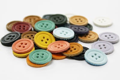 カラフルな牛革「ティーポ」で作ったボタンのクラフトパーツです。 小物のボタンとしてはもちろん、ブレスレットにしたり飾りとして色々アレンジに使用できます。  素 材:牛革ティーポ サイズ:直径約15mm、厚み1.6mm 入 数:5個  ※洗濯出来ませんので、シャツなど衣類の使用はお控え下さい。