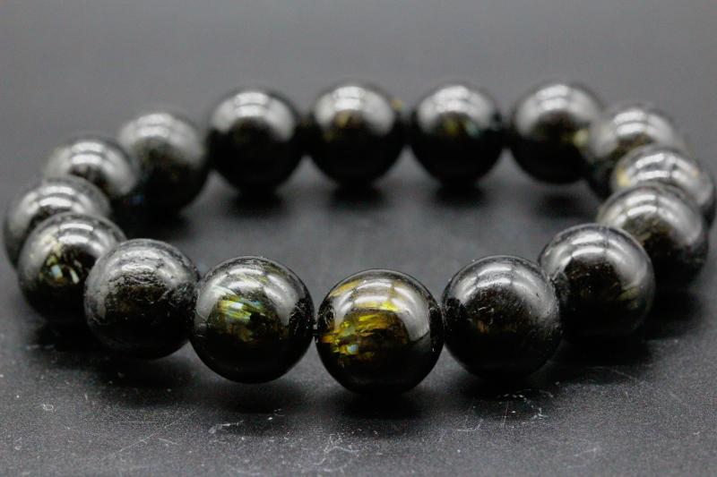 """極上!高波動グリーンランド産ヌーマイト・ブレスレット12mm玉が入荷しました。&nbsp;<div><br></div><div>たいへん美しい最高品質のグリーンランド産ヌーマイトです。&nbsp;</div><div><br></div><div>独特のヌメッとした漆黒の光沢感があり、キラキラと光る鉱物がたいへん美しいです。&nbsp;</div><div><br></div><div>ゴールド色やブルー色やオレンジイエロー色の閃光が入っており、ギラギラ輝いています。&nbsp;</div><div><br></div><div><span style=""""font-size: 10pt;"""">ヌーマイトは超強力にネガティブエネルギーを防御することができ、プロテクション、グラウンディング、魔除けにも最強のパワーがあります。&nbsp;</span><br></div><div><br></div><div>30億年という長い年月蓄積されてきた圧倒的パワーが感じられます。&nbsp;</div><div><br></div><div>上質のパワーストーンをお探しの方全てに超おススメできるヌーマイトです。&nbsp;<br></div><div><br></div><div>私の感覚ではモリオンよりもはるかに強大でパワフルなエネルギーに思えます。&nbsp;</div><div><br></div><div>ぜひ動画もご覧ください。</div><div><br></div><div>極上の高波動グリーンランド産ヌーマイト・ブレスレット12mm玉です。&nbsp;</div><div><br></div><div>超おススメです!!</div><div><br></div><div><div>ブレスレットの内周は約16cmです。&nbsp;</div><div><br></div><div>リサイズは小さくすることだけ可能です。&nbsp;</div><div><br></div><div>ご希望の方は備考欄にサイズをご記入ください。</div><div><br></div><div>サイズを大きくしたい方は別途追加料金(一玉3,500円)で可能です。 <br></div></div><div><br></div><div>お届けする商品は画像のものになります。</div><div><br></div><div>*玉の中には少し不揃いで整っていない玉もございますが、ヌーマイトのエネルギー的には問題はないと思います。神経質な方はご遠慮ください。</div><div><br></div><div><br></div><div>◎ヌーマイトの意味<br>ヌーマイトは、1982年に発見された比較的新しい鉱物で、約30億年前に形成されたといわれています。&nbsp;</div><div><br></div><div>地球が誕生したのが46億年前なので、気の遠くなるような年月を経て現代に生まれた太古の石です。&nbsp;</div><div><br></div><div>発見場所であるグリーンランドのヌーク地方に因んで「ヌーマイト」と名づけられました。&nbsp;</div><div><br></div><div>一見すると真っ黒にも見えますが、光の角度によってゴールド、ブルー、グリーンなどの独特の輝きが見られます。&nbsp;</div><div><br></div><div>ラブラドライトのシラーのようにも見える場合もありますが、まったく別の鉱物です。&nbsp;</div><div><br></div><div>ヌーマイトは、太古の地球で作られた鉱物だとされていることから、持ち主の古くから抱える不安や恐怖などのマイナスイメージを緩和してくれると伝えられています。&nbsp;</div><div><br></div><div>また、恐怖や不安などの感情を緩和することで、自分に向き合う力になってくれるといわれます。&nbsp;</div><div>*太陽光での浄化はお控えください。</div>"""