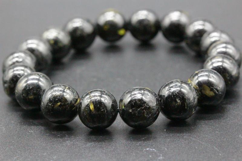 """極上!高波動グリーンランド産ヌーマイト・ブレスレット10mm玉が入荷しました。&nbsp;<div><br></div><div>たいへん美しい最高品質のグリーンランド産ヌーマイトです。&nbsp;</div><div><br></div><div>独特のヌメッとした漆黒の光沢感があり、キラキラと光る鉱物がたいへん美しいです。&nbsp;</div><div><br></div><div>ゴールド色やブルー色やオレンジイエロー色の閃光が入っており、ギラギラ輝いています。&nbsp;</div><div><br></div><div><span style=""""font-size: 10pt;"""">ヌーマイトは超強力にネガティブエネルギーを防御することができ、プロテクション、グラウンディング、魔除けにも最強のパワーがあります。&nbsp;</span><br></div><div><br></div><div>30億年という長い年月蓄積されてきた圧倒的パワーが感じられます。&nbsp;</div><div><br></div><div>上質のパワーストーンをお探しの方全てに超おススメできるヌーマイトです。&nbsp;<br></div><div><br></div><div>私の感覚ではモリオンよりもはるかに強大でパワフルなエネルギーに思えます。&nbsp;</div><div><br></div><div>ぜひ動画もご覧ください。</div><div><br></div><div>極上の高波動グリーンランド産ヌーマイト・ブレスレット10mm玉です。&nbsp;</div><div><br></div><div>超おススメです!!</div><div><br></div><div><div>ブレスレットの内周は約15.5cmです。&nbsp;</div><div><br></div><div>リサイズは小さくすることだけ可能です。&nbsp;</div><div><br></div><div>ご希望の方は備考欄にサイズをご記入ください。&nbsp;</div></div><div><br></div><div>お届けする商品は画像のものになります。</div><div><br></div><div>*玉の中には少し不揃いで整っていない玉もございますが、ヌーマイトのエネルギー的には問題はないと思います。神経質な方はご遠慮ください。</div><div><br></div><div><br></div><div>◎ヌーマイトの意味<br>ヌーマイトは、1982年に発見された比較的新しい鉱物で、約30億年前に形成されたといわれています。&nbsp;</div><div><br></div><div>地球が誕生したのが46億年前なので、気の遠くなるような年月を経て現代に生まれた太古の石です。&nbsp;</div><div><br></div><div>発見場所であるグリーンランドのヌーク地方に因んで「ヌーマイト」と名づけられました。&nbsp;</div><div><br></div><div>一見すると真っ黒にも見えますが、光の角度によってゴールド、ブルー、グリーンなどの独特の輝きが見られます。&nbsp;</div><div><br></div><div>ラブラドライトのシラーのようにも見える場合もありますが、まったく別の鉱物です。&nbsp;</div><div><br></div><div>ヌーマイトは、太古の地球で作られた鉱物だとされていることから、持ち主の古くから抱える不安や恐怖などのマイナスイメージを緩和してくれると伝えられています。&nbsp;</div><div><br></div><div>また、恐怖や不安などの感情を緩和することで、自分に向き合う力になってくれるといわれます。&nbsp;</div><div>*太陽光での浄化はお控えください。</div>"""