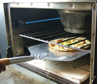 ピザの状態を見ながら、お好みの焼き上がりに仕上げてください。