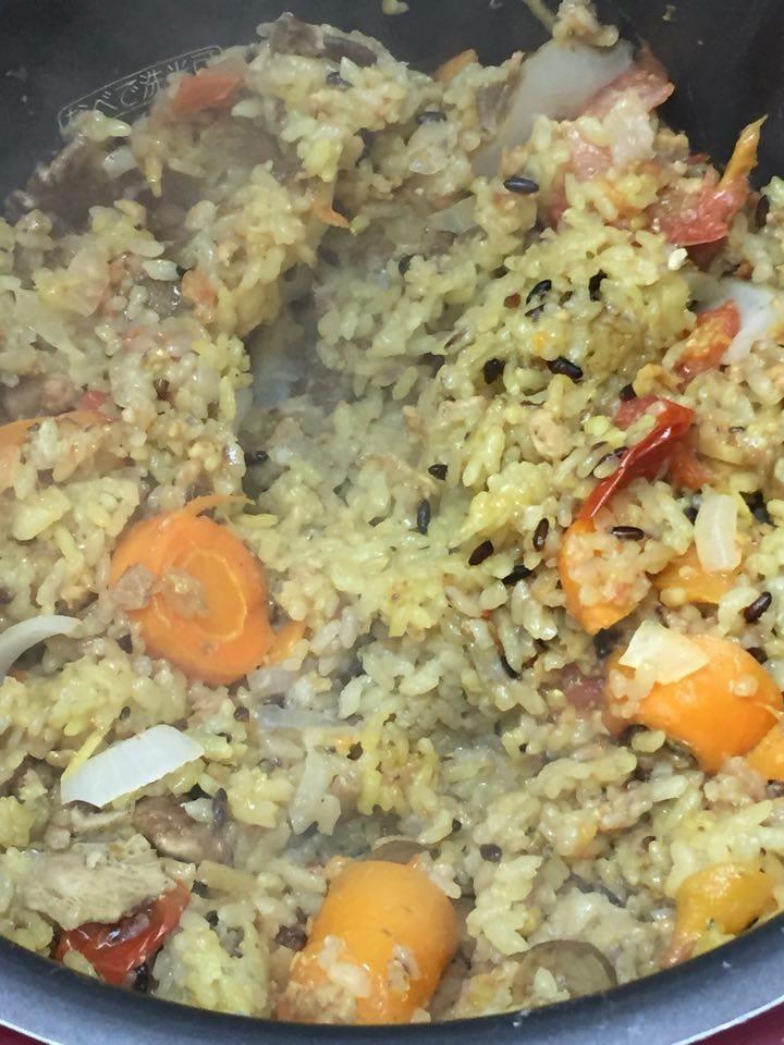 炊きあがり後、野菜を包丁で崩す