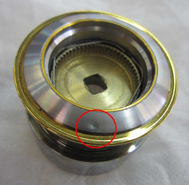 赤い丸で囲んだ部分に使用には問題ない程度の小さなへこみがあります。