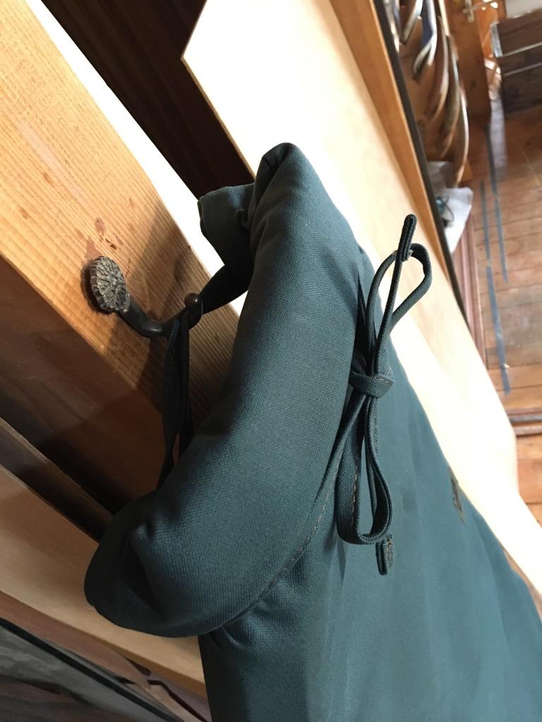 くるくる巻いて紐を1周させてしばれば、フックに掛けることができて便利です。