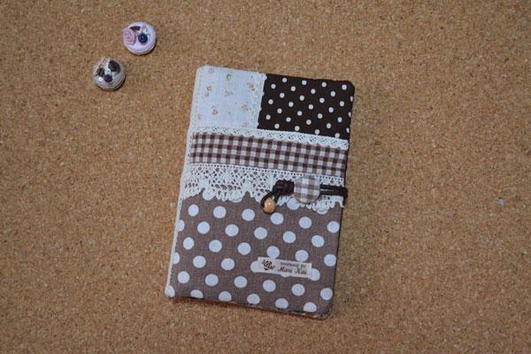 横13cm×縦18cmサイズまでの母子手帳用のケースです。 ブラウン系綿麻生地を使用して作りました。 メール便送料無料! 大きさ 縦20.5cm×横15cm 大ポケット2つ ファスナーポケット1つ 中ポケット1つ ペンホルダー1つ カードいれ 6つ