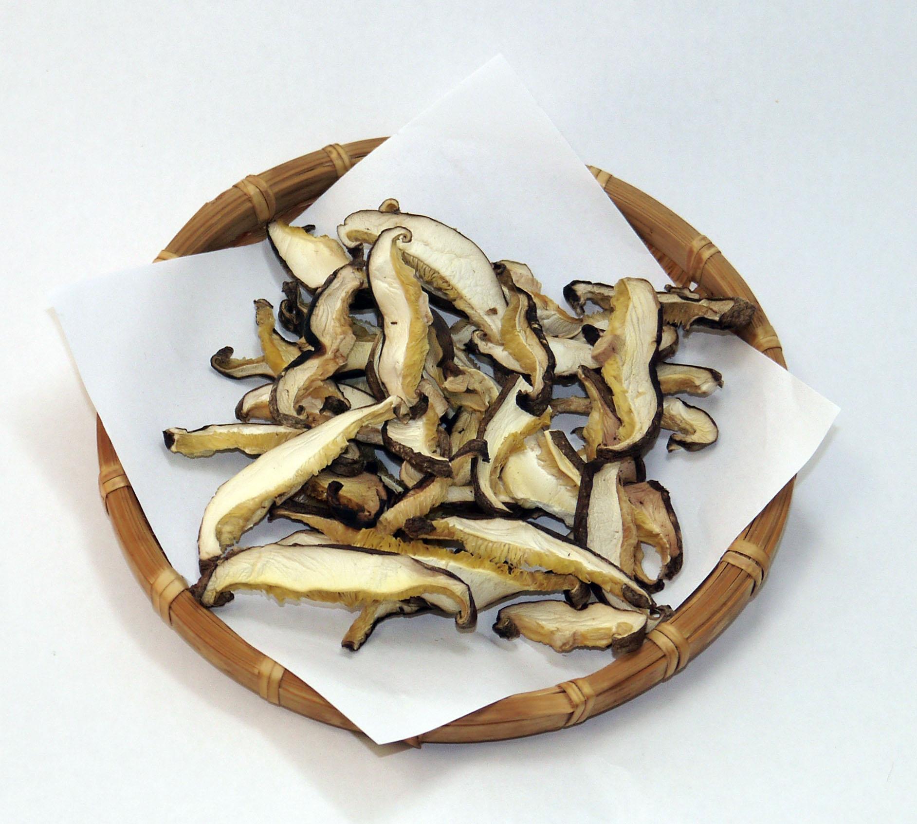 自社栽培で採れたての椎茸を生のまま5ミリにスライス加工し、乾燥させました
