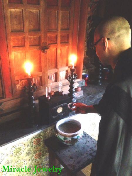 本堂の中で、定光寺の僧職により、貴方の名前を唱えて幸せの祈願と印鑑に魂をお入れいたします。