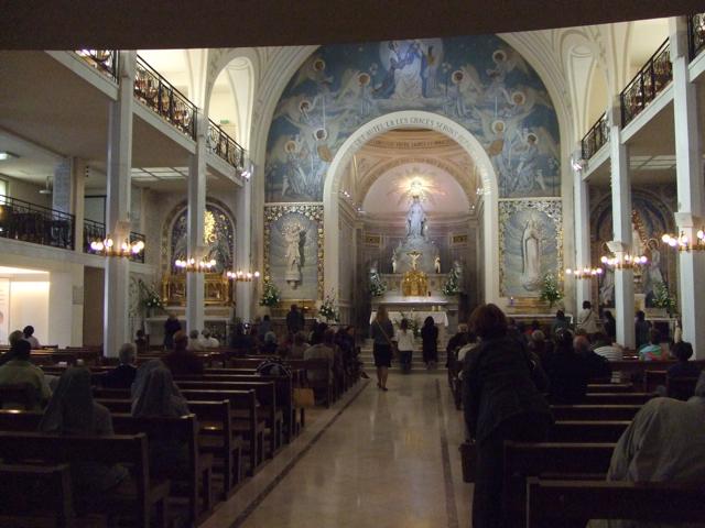 美しい教会の内部です。