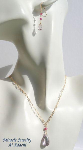 お揃いで身につけられるネックレスもご用意…!女性らしさが一層高まるアイテムです!