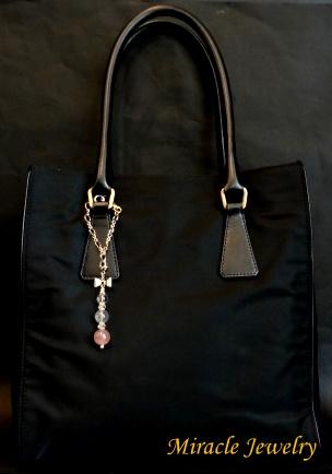 お手持ちのバッグの持ち手部分に付けるだけ…!あっという間にいつものバッグの可愛らしさが格段にup…!