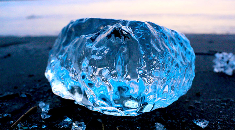 氷点下⁻20度以下にもなるという北海道の美しい十勝川が凍った氷。まるで宝石のような輝きを放つことから「ジュエリーアイス」と呼ばれ、これらが打ち上げられる光景はフォトジェニック!と近年人気が高まっています。