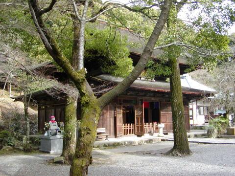 徳川家康を輩出した、尾張徳川家の由緒ある名刹。本堂は国の重要文化財です。