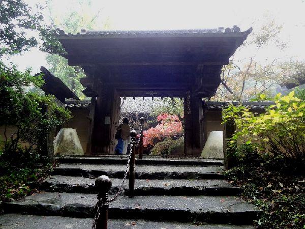 名古屋郊外の山中・・・静寂な空気に包まれる山門です
