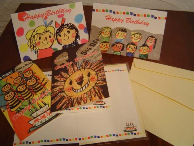 Tamamoさんのお誕生日カードです。 表紙もとってもかわいいですが、中を開くと2段のケーキが描かれていてカラフルでとっても素敵です。 こんなカードをもらったらとってもうれしくなりますね。  イラストのラインに沿って、特殊ラメインク加工がされています。 光の加減で、少しきらきらします。  サイズ:閉じた状態で、H150mm×W100mm もしくは、H100mm×W150mm 定型サイズ・封筒付