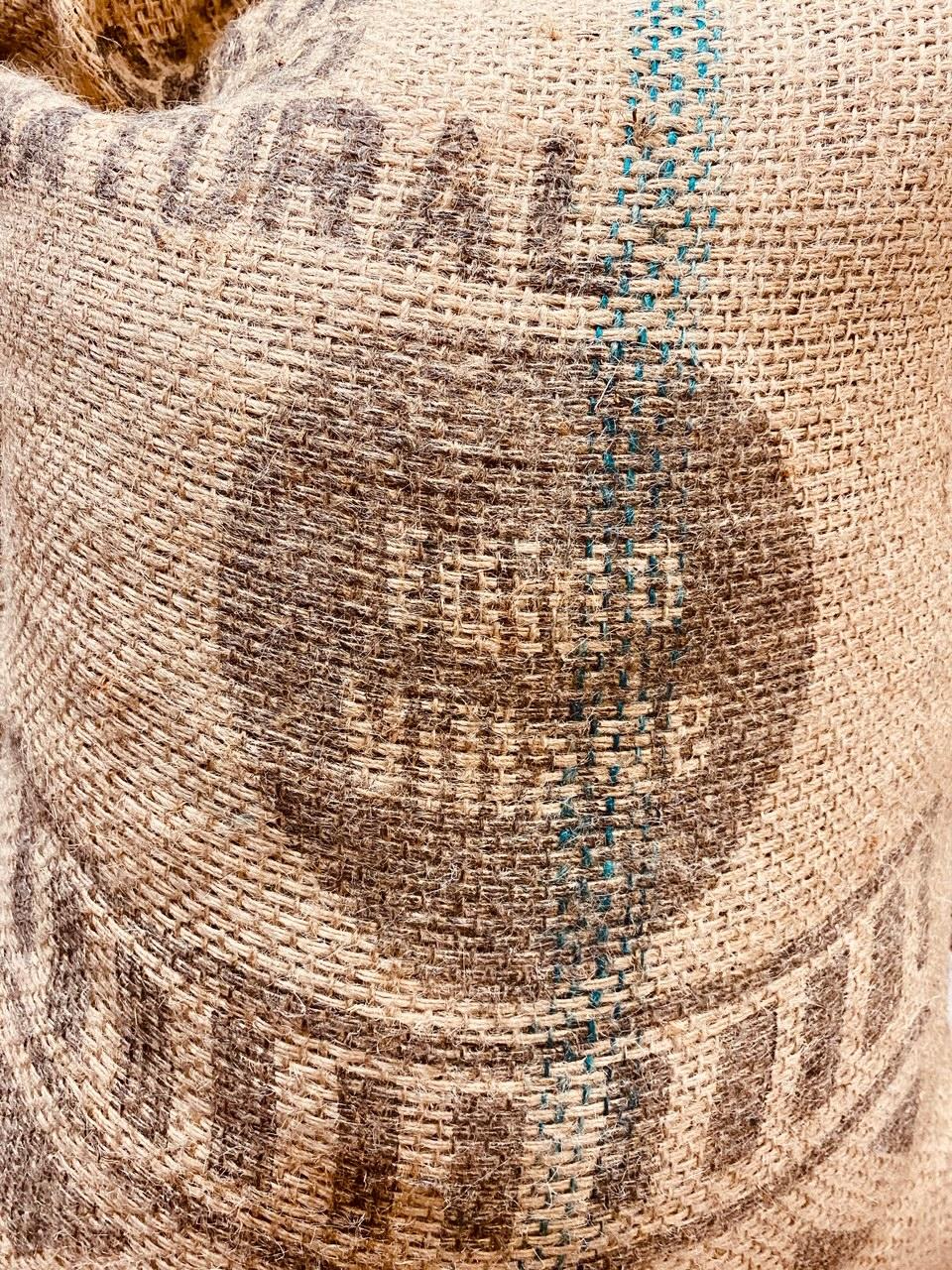 エチオピア イルガチェフェ地区のど真ん中にあるイディドという精製所のG1ナチュラルになります。この精製所は非常に受け入れ条件が厳しいことで知られ欠点豆・未熟豆が少し混入していると受け入れてもらえません。しかし、それでも各地から豆を持ち込む農家が絶えずハイクオリティなモカが集まることで知られております。受け入れ条件は厳しいもののその分高い対価を得られ、そこの製品であると言うことがある種のステータスにもなるようです。クリーンカップで風味も良くナチュラルとは思えないようなクセのない逸品です。
